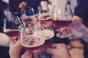 Des amis levant leurs verres pour trinquer.