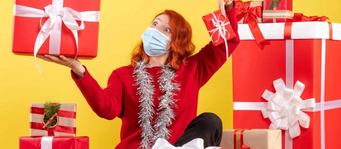 Femme distribuant beaucoup de cadeaux de Noël