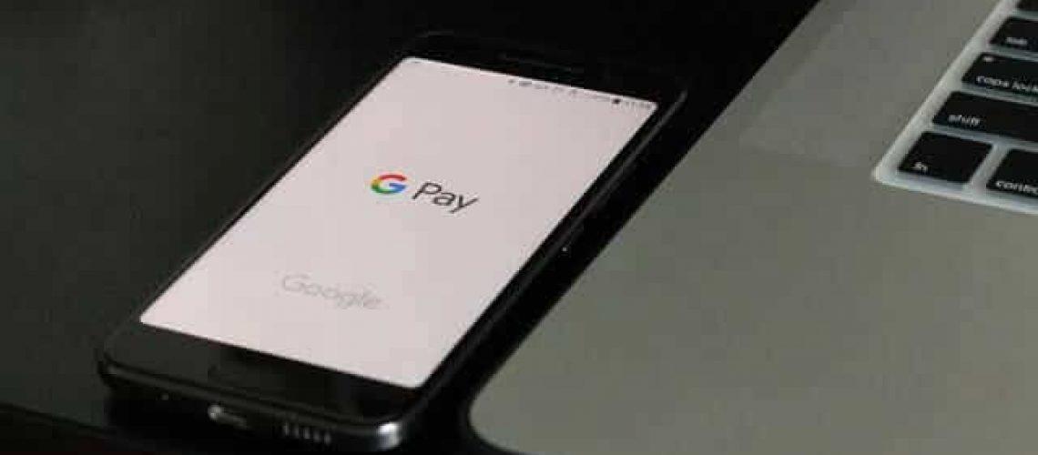 Une téléphone ouvert sur l'application GooglePay permettant de payer sans argent liquide.